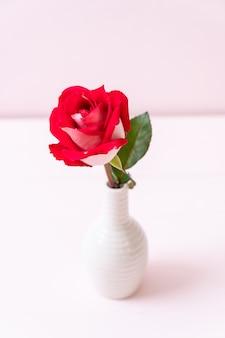 Rode roos op hout