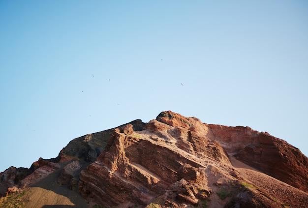 Rode rotsachtige berg