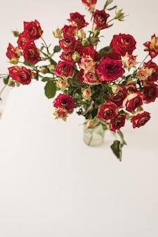 Rode rozen bloemen boeket op wit