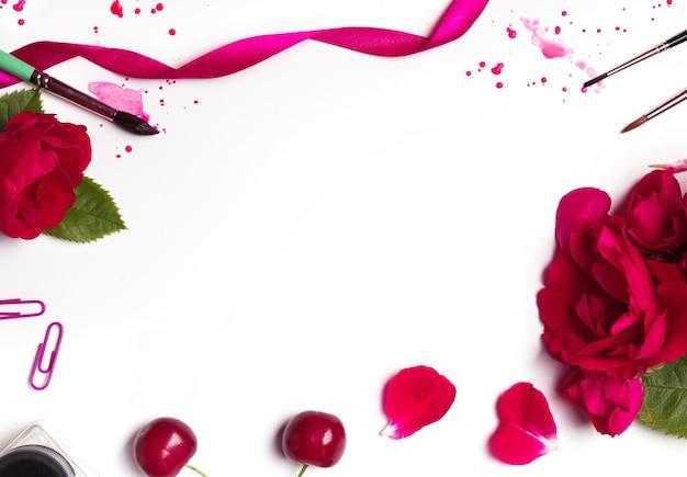Rode rozen, borstels, bloemblaadjes en verfspatten