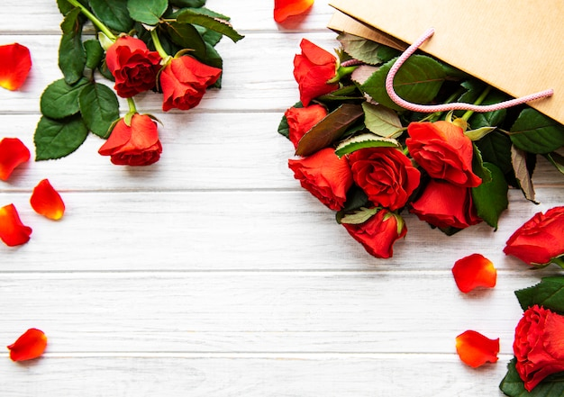 Rode rozen en bloemblaadjes san valentijnsdag achtergrond