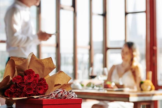 Rode rozen en cadeau in restaurant