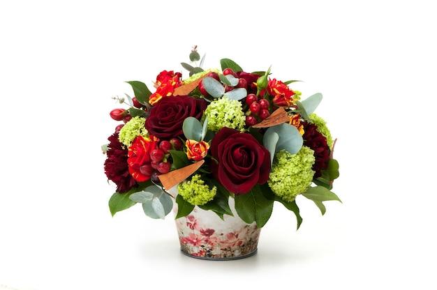 Rode rozen en een assortiment bloemen in een pot. valentijnsdag
