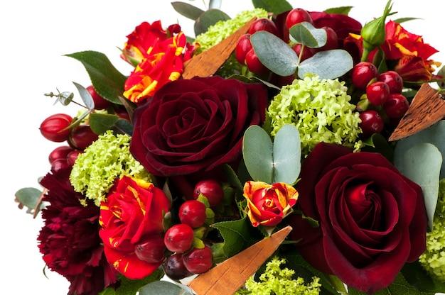 Rode rozen en een assortiment van bloemenclose-up. valentijnsdag