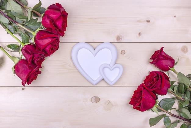 Rode rozen en een hartvormige fotolijst