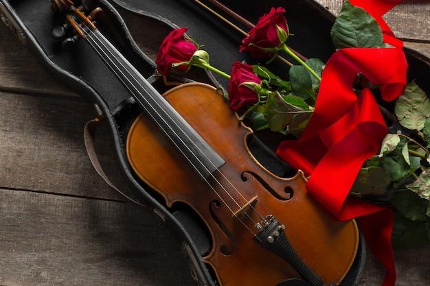 Rode rozen en een viool