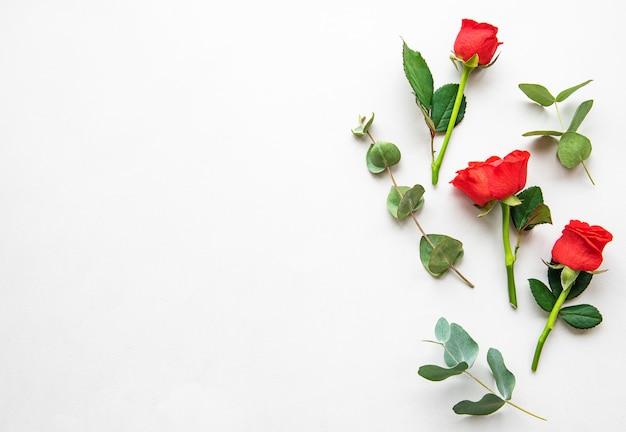Rode rozen en eucalyptus
