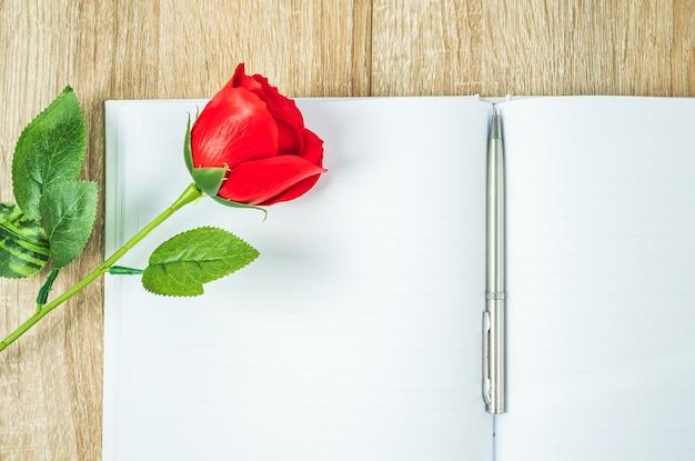 Rode rozen en notebook dagboek