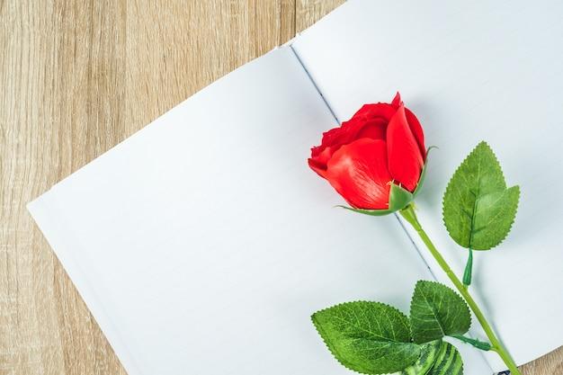 Rode rozen en notitieboekjeagenda valentine concept
