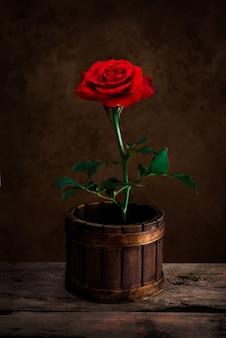 Rode rozen in houten pot voor liefdehuwelijk