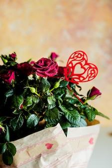 Rode rozen. kleine bloemen, bos bloemen. verse rozen versierd met een hart. wenskaart voor evenement, vakantie.