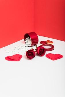 Rode rozen met papieren harten op tafel