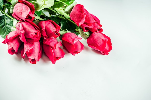 Rode rozen met twee champagneglazen