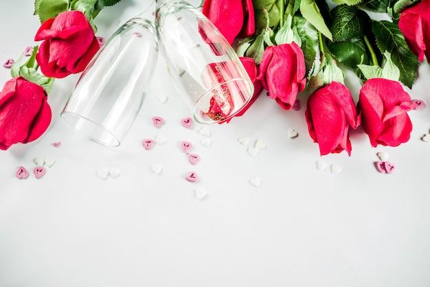 Rode rozen met twee champagneglazen Premium Foto