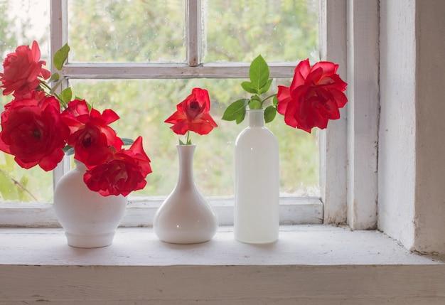 Rode rozen op de vensterbank
