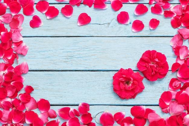 Rode rozen op een blauwe houten achtergrond