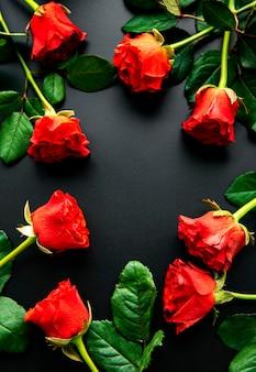 Rode rozen op een zwarte ondergrond, bovenaanzicht.