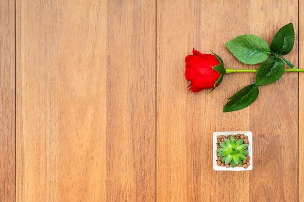 Rode rozen op houten tafel. bovenaanzicht met copyspace voor uw groeten