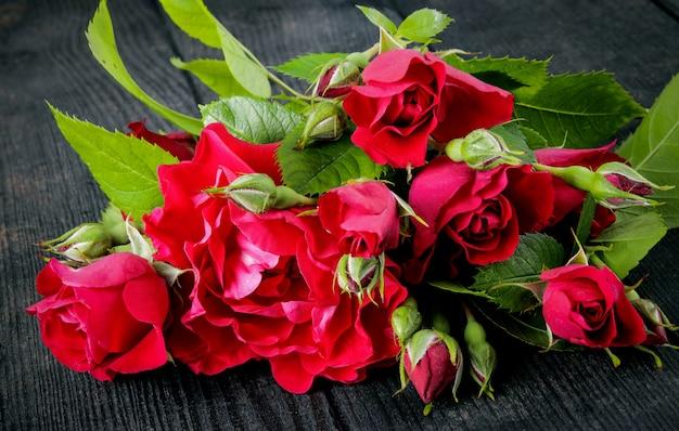 Rode rozen op vintage houten planken