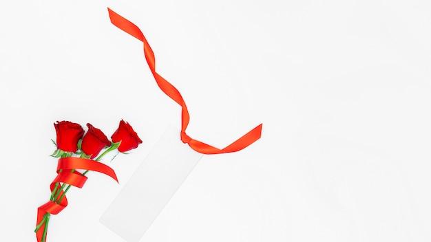 Rode rozen, zilveren spatie met rood geïsoleerd lint