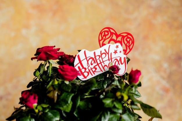 Rode rozenbloemen met rood hart