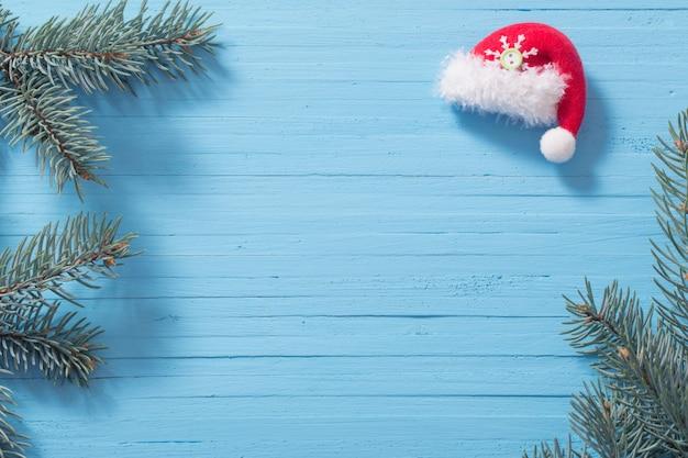 Rode santahoed op blauwe houten achtergrond