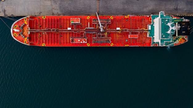Rode scheepvaart olie aangemeerd in diepzee luchtfoto bovenaanzicht