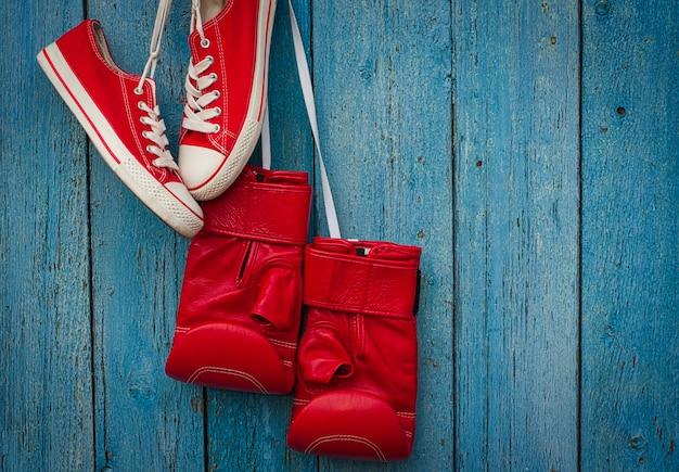 Rode schoenen en rode bokshandschoenen