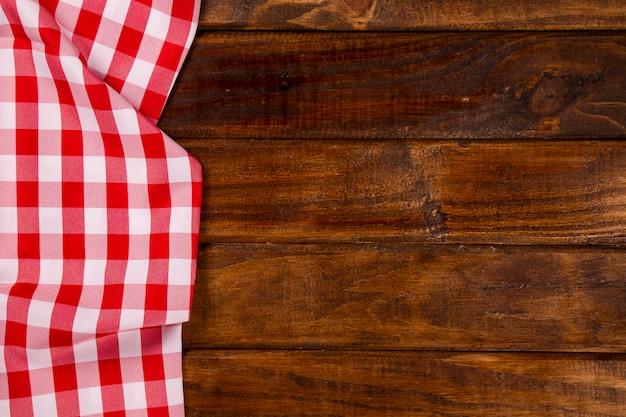 Rode servet met lepel op tafel