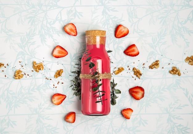 Rode smoothie met notenzaden op leuke achtergrond