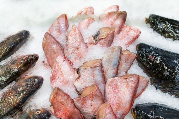 Rode snapper zonder kop, verse vis op ijs ingericht voor verkoop op de markt