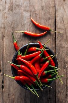 Rode spaanse pepers op houten achtergrond