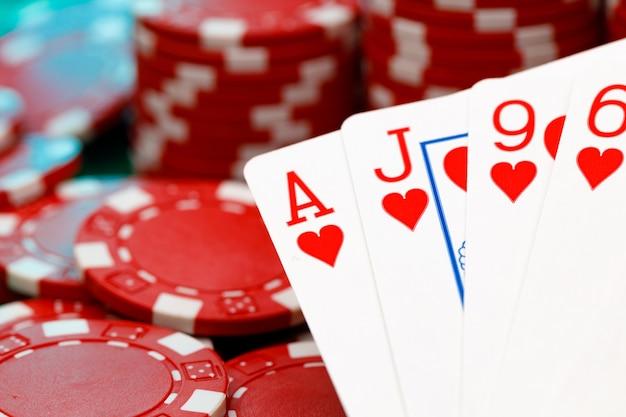 Rode speelfiches en kaarten op pokertafel