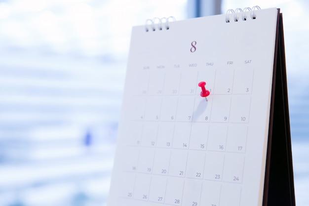 Rode speld op de kalender voor bedrijfsplanning en vergadering.