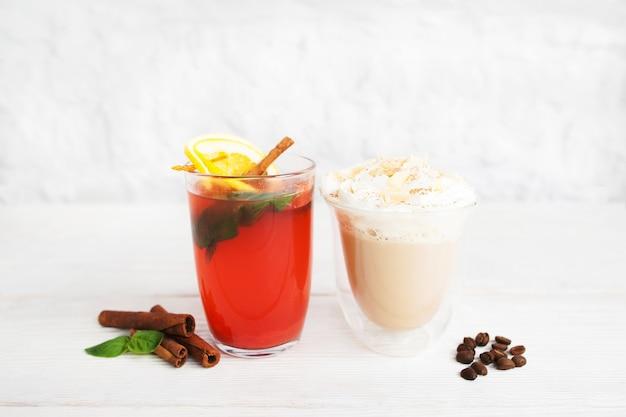 Rode stempel en latte in glazen op wit