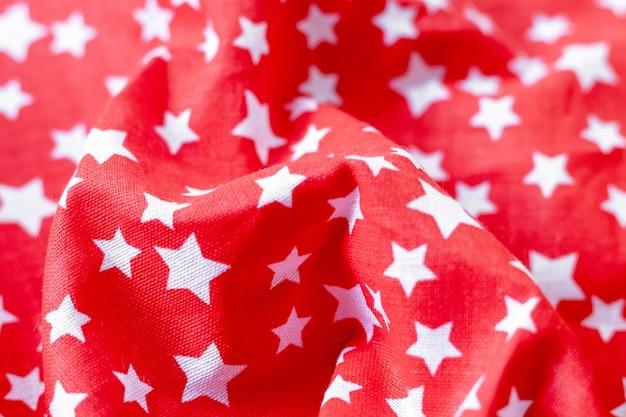 Rode stof textuur met gedrukte witte sterren