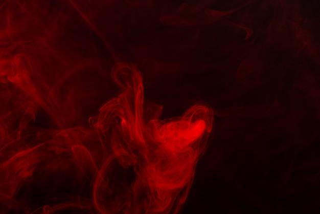 Rode stoom op een zwarte achtergrond.