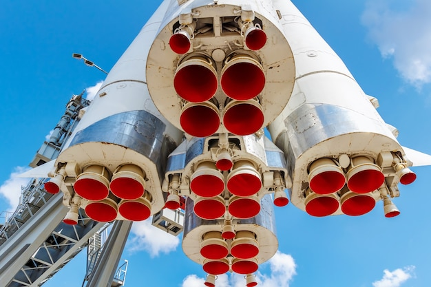 Rode straalpijpen van raketstraalmotoren close-up tegen blauwe hemel