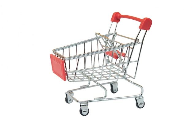 Rode supermarktkar die op witte achtergrond met het knippen van weg wordt geïsoleerd