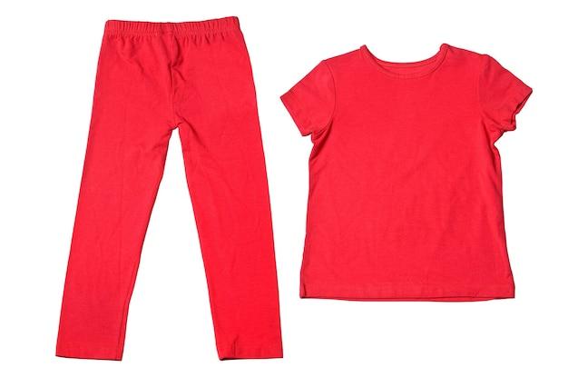 Rode t-shirt en broek op wit wordt geïsoleerd