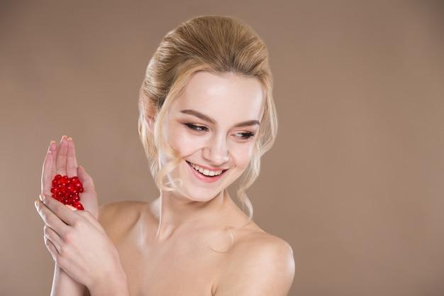 Rode tabletten in de handen van een vrouw