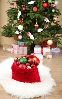 Rode tas met kerstspeelgoed en cadeaus op de kamer