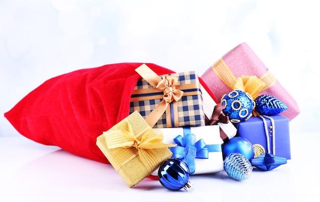 Rode tas met kerstspeelgoed en cadeaus