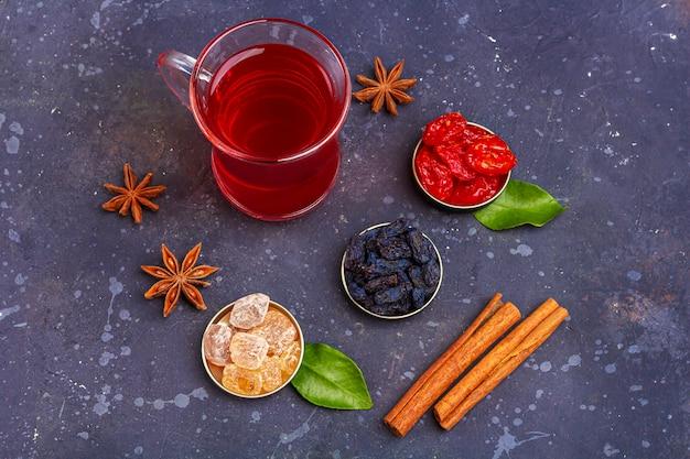Rode thee met gedroogd fruit en kruiden