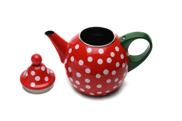 Rode theepot met witte erwten voor het zetten van thee