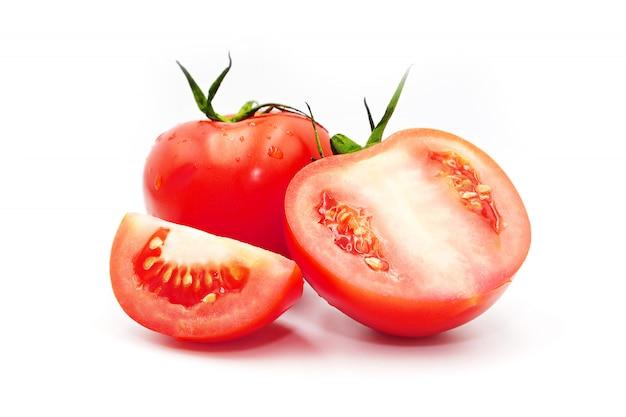 Rode tomaat geïsoleerd op een witte achtergrond.