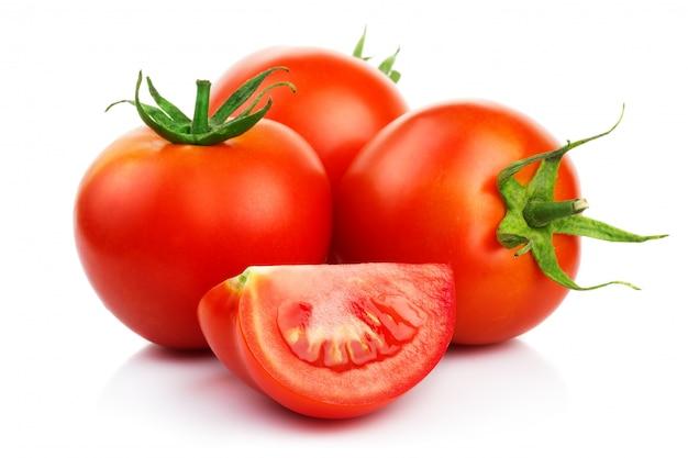 Rode tomaten met besnoeiing die op wit wordt geïsoleerd