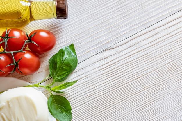 Rode tomaten, mozzarellakaas, olijfolie en basilicum