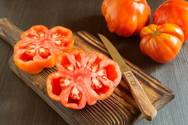 Rode tomaten op een houten bord