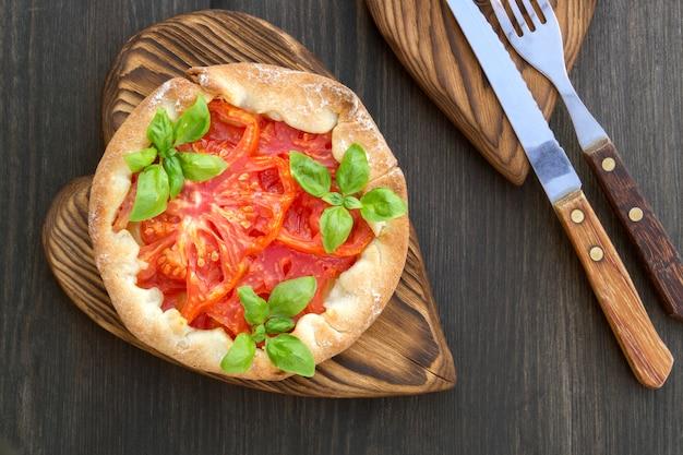 Rode tomatenpastei op een houten raad.